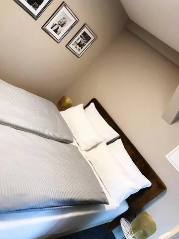 schönes modernes Doppelzimmer, mit großem Bad.