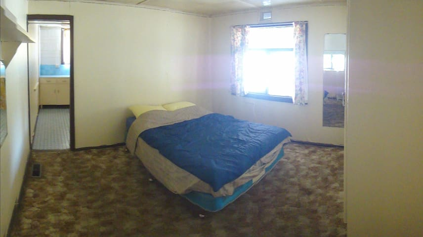 Double bedroom, next to train station - Strathmore
