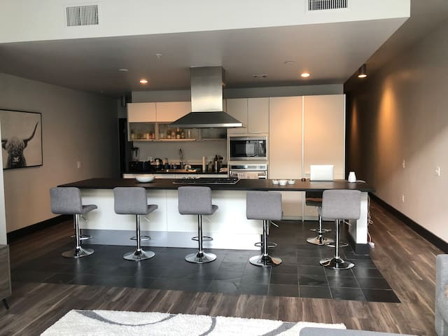 1500 square foot loft 12 minutes from the strip