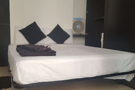 DOUBLE ROOM WITH PRIVATE BATHROOM & BALCONY - Barcelona - Ganze Etage