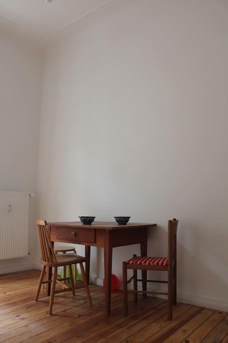 Zweites Zimmer. Hier gibt es noch genug Platz, falls weitere Gäste einen Schlafplatz benötigen: Einfach Isomatte/Luftmatratze mitbringen