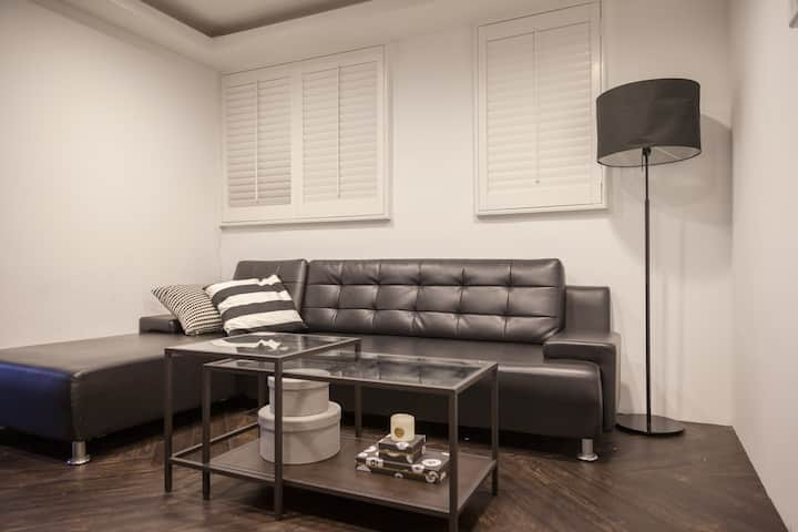 New Chic apartment, Within one min to SYS MRT!