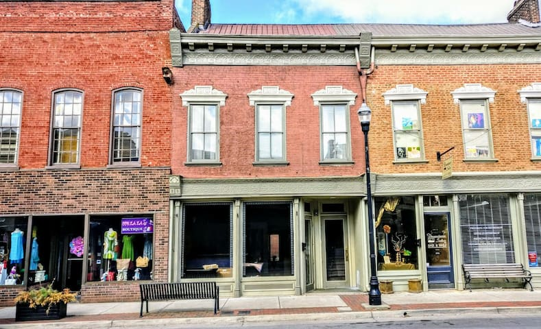 Downtown Bourbon Loft - Bardstown - Apartment