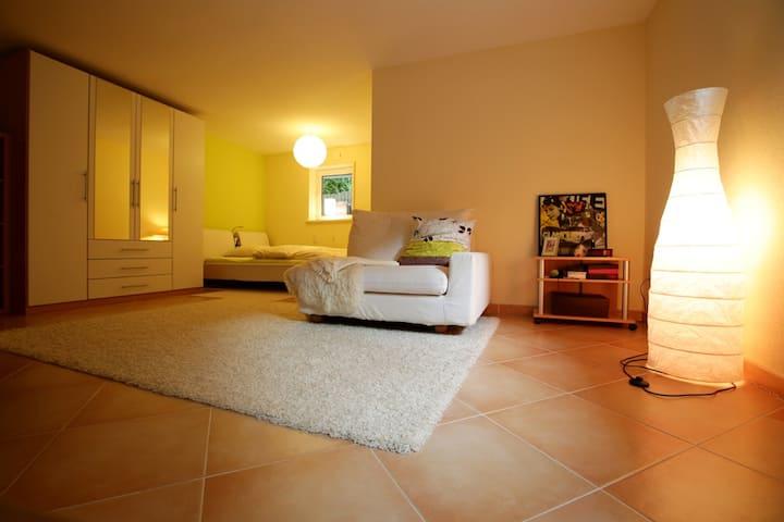 Ruhiges großes Zimmer (ca. 30 qm) mit eigenem Bad