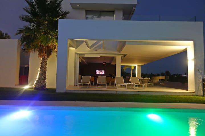 Luxury 4 Bed Villa, Private heated Pool,  Marbella