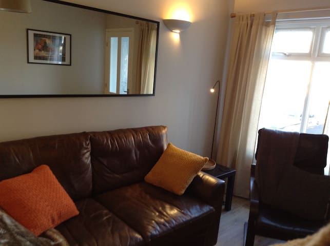 Comfortable guest suite near County cricket ground