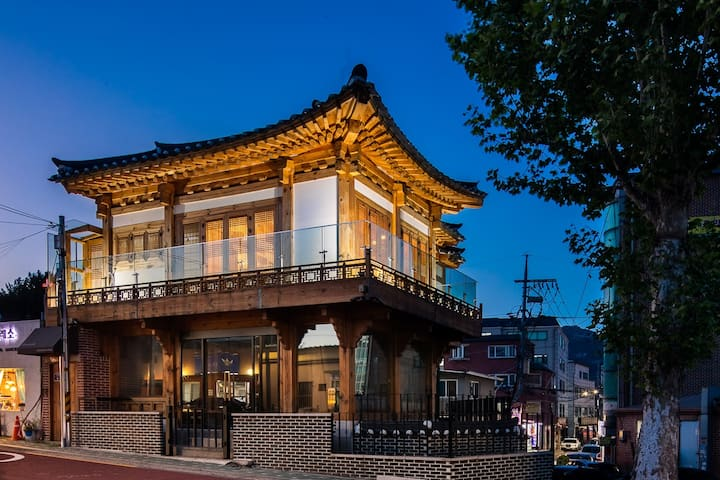 Traditional korean house w/modern interior