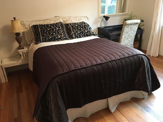 Clean Bedroom in Quiet Los Altos - Los Altos Hills - Hus