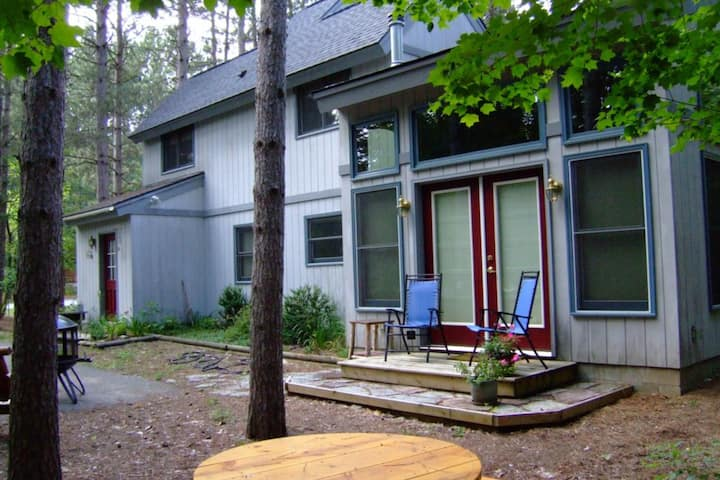 Peaceful dog-friendly home w/shared hot tub & private gas grill - close to mtn