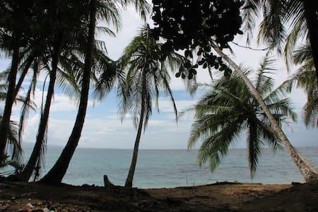 Alojamiento a pocas cuadras del mar - La Ceiba