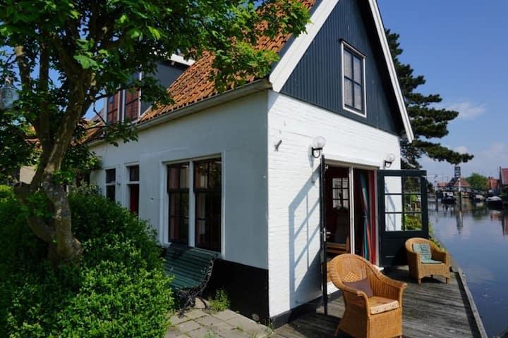 Heerlijk sfeervol vakantiehuis in Hindeloopen,direct aan de 11 stedentocht route