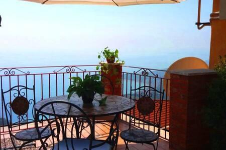 """""""Da Zazzà"""" CASTELMOLA, Wi-Fi con accesso terrazza"""