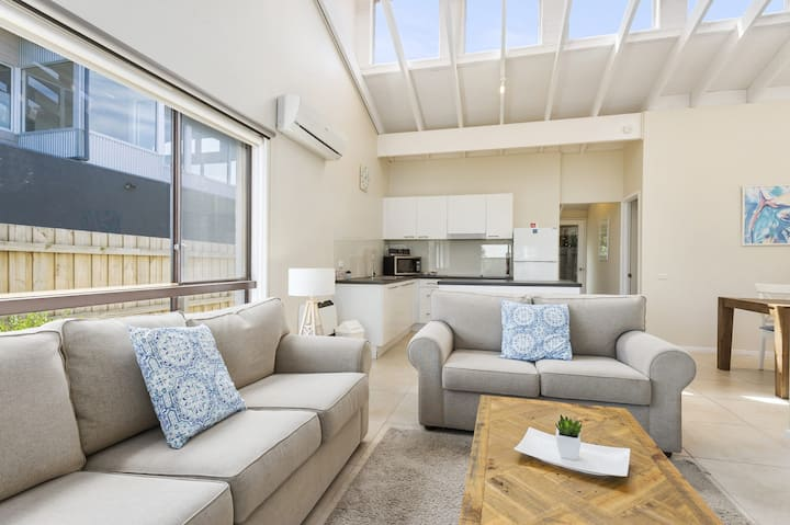 BEACHSIDE VILLA - FREE WI-FI AND PETS WELCOME