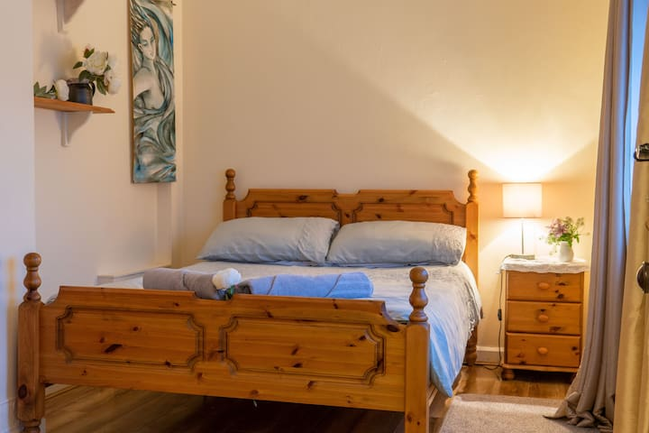 Cozy home on Galway's Westside  - Chéile Room