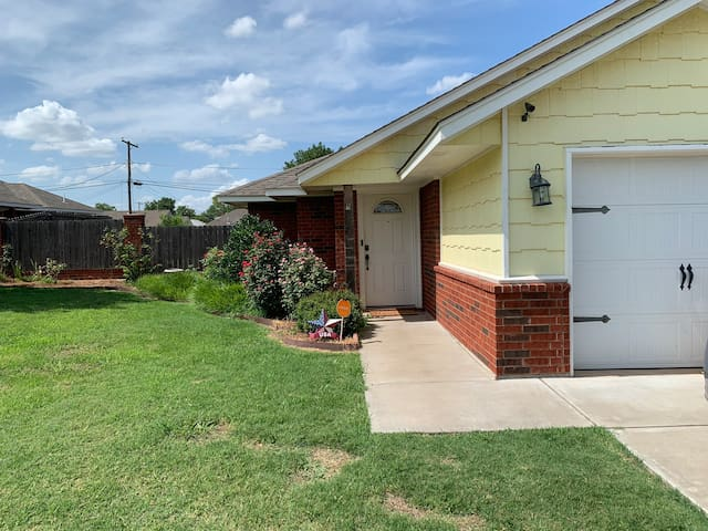 Cottage on B Avenue. *4 Miles to Fort Sill!