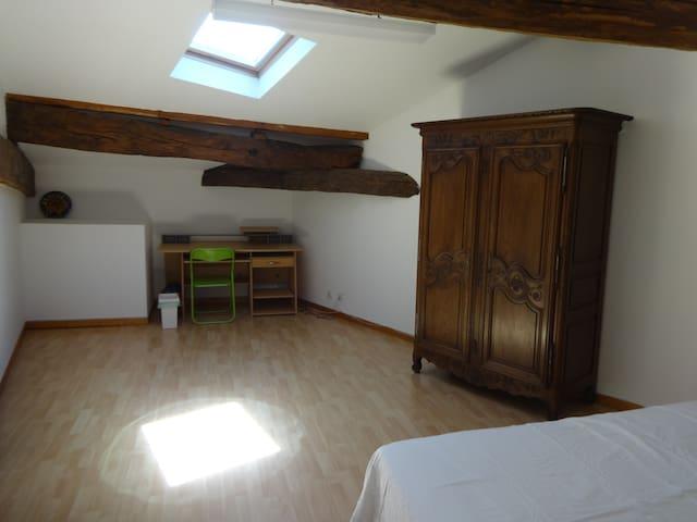 Bureau dans la seconde chambre. Desk in the second bedroom.