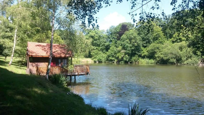 LA CABANE AU BORD DE L'EAU - Wood hut on a lake - La Geneytouse - Mökki