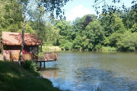 LA CABANE AU BORD DE L'EAU - Wood hut on a lake - La Geneytouse - Kulübe