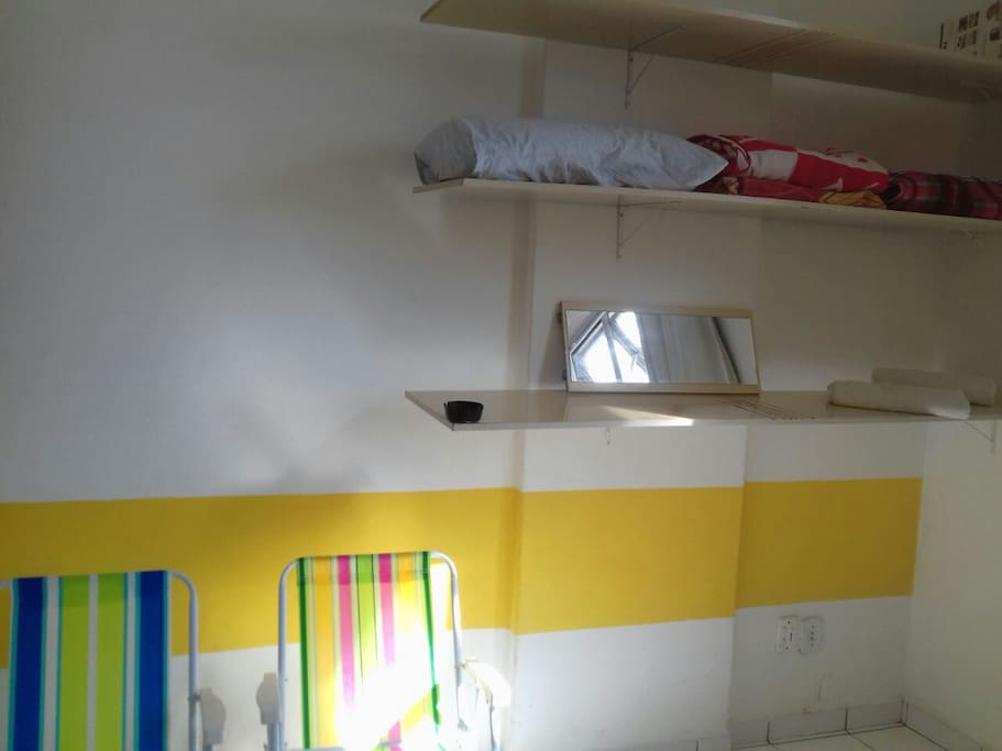 Estante com roupa de cama  + 02 cadeiras de praia. Por favor, mantenha as no apartamento após sua estada.