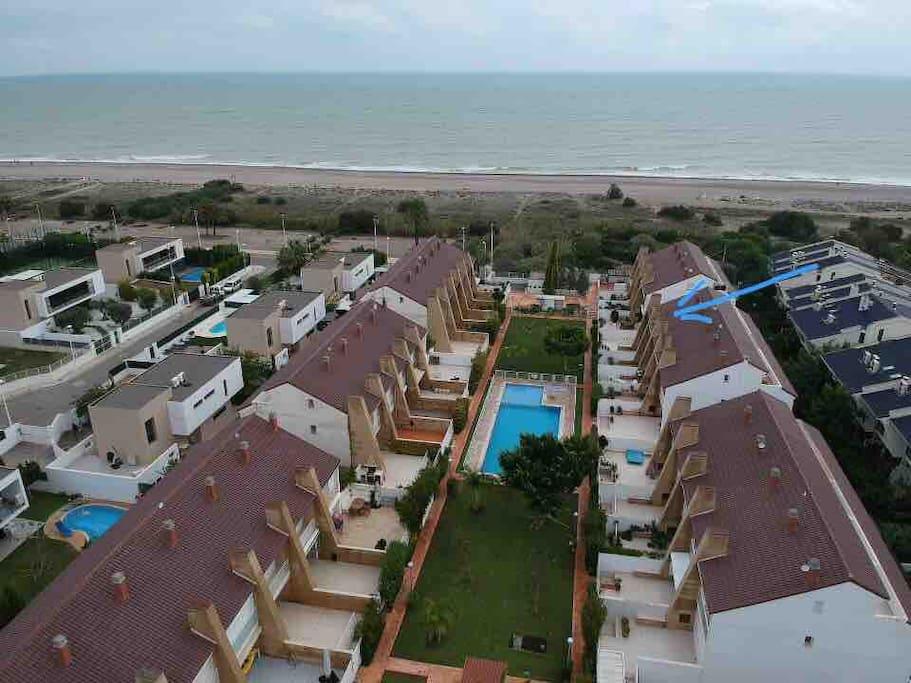Vista aérea de la vivienda y de la urbanización junto al mar.