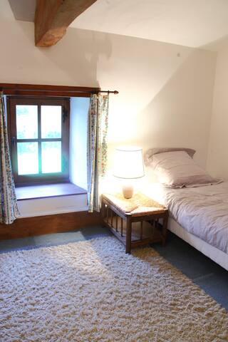 Chambre 3 : 1 lit 140x190, 1 lit 90x190