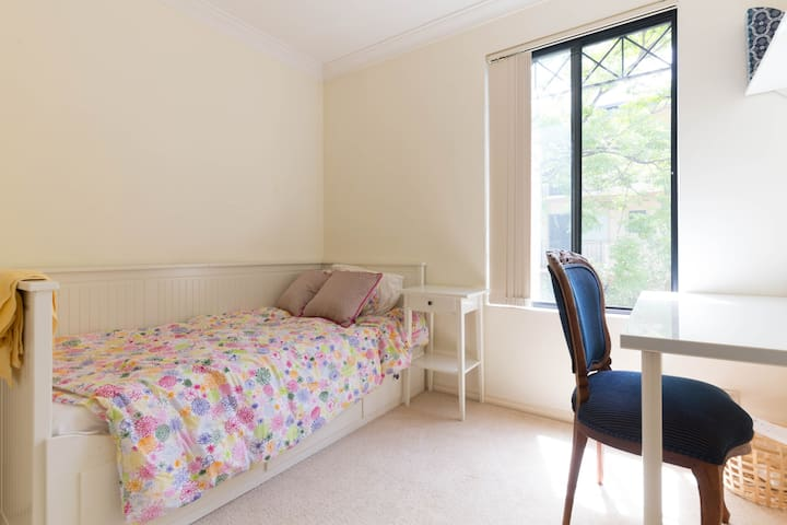 single room in convenient location - Applecross - House
