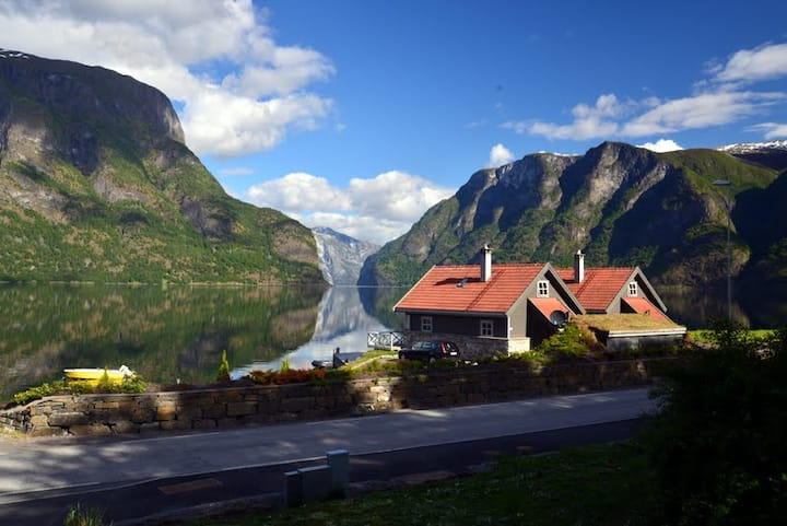 High standard cabin (2) by the Aurland fjord