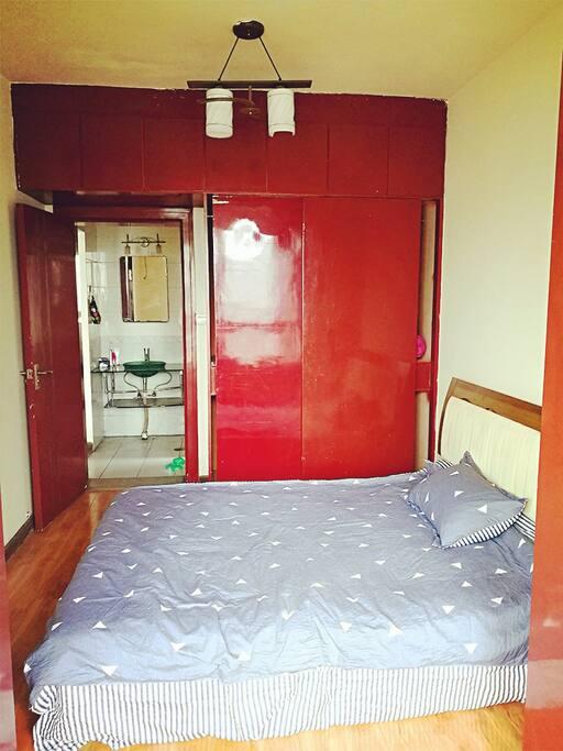 一楼卧室,双人床,大衣柜
