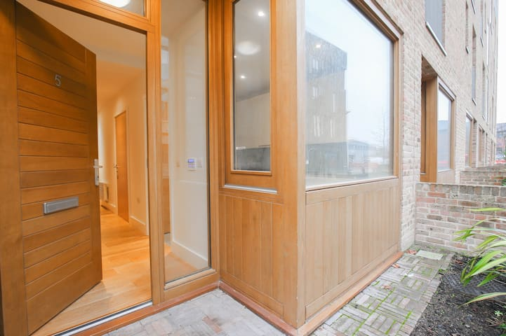 Spacious 1 Bed Garden Flat by Canal - Brentford - Apartment
