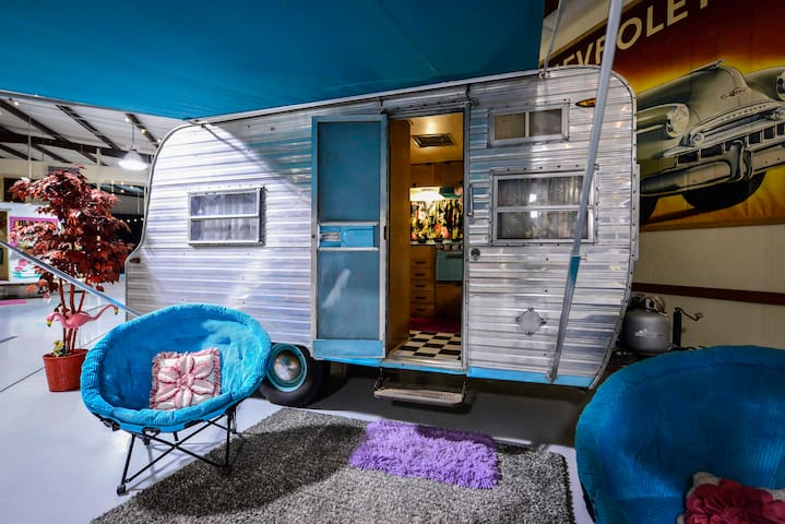 Scout, the Party Girl, Vintage Glamper - Round Top - Autocaravana