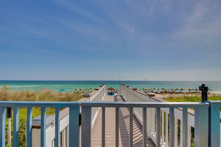 Oceanfront condo w/sweeping views, shared hot tub & pool - Snowbirds welcome!