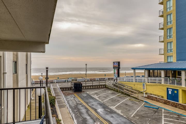 Friendly ocean view condo w/beach views, balcony, free WiFi, and full kitchen!