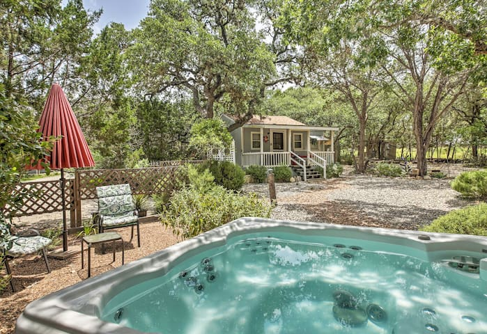 Charming Canyon Lake Cottage w/ Pool & BBQ Pit!