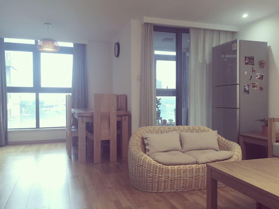 一楼客厅(餐桌、阳台区域)