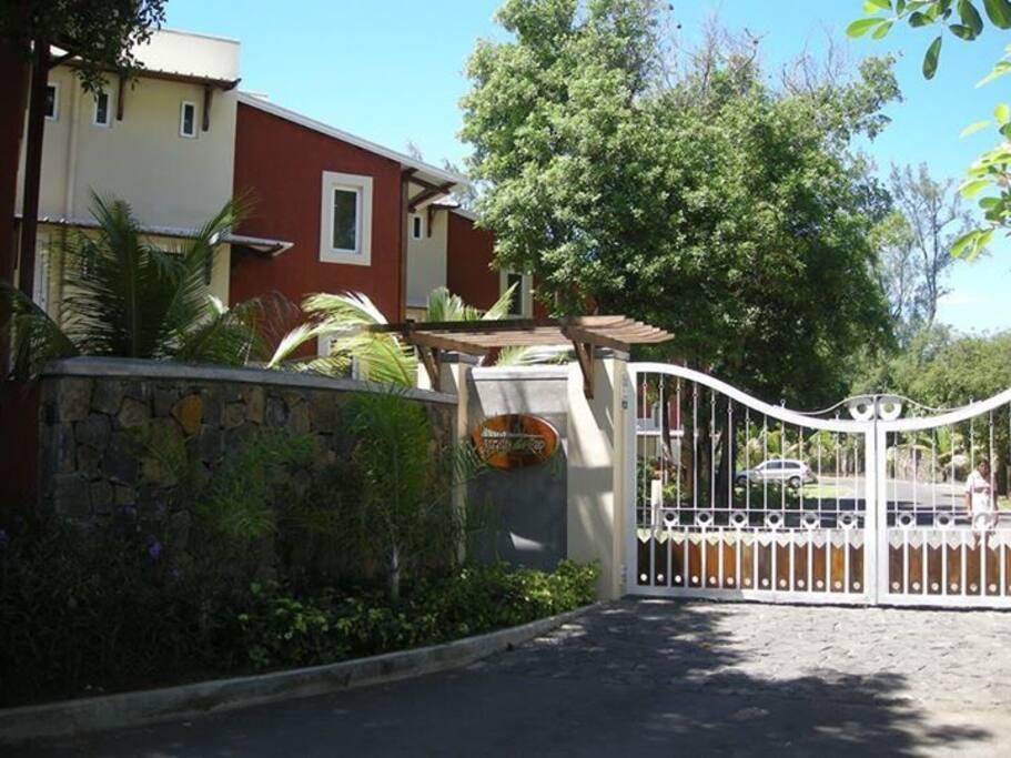 Entrance gate at Jardin Du Cap/ Porte d'entrée