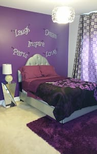 Cozy Room / w Bath in Spacious 7K SQ FT Home - Ház
