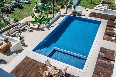 SG 3, Cozy and Modern Studio apt.  near the pool