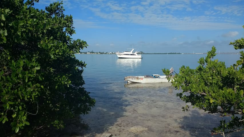 Yacht at Anchor Near Secluded Natural Shoreline - Big Pine Key - เรือ