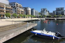 Perfekt läge! Välplanerad fyra på 100 kvm i attraktiva Henriksdalshamnen.  Tre sovrum och två badrum samt rymlig balkong med fantastisk vy över Hammarby Sjö och hamnen.