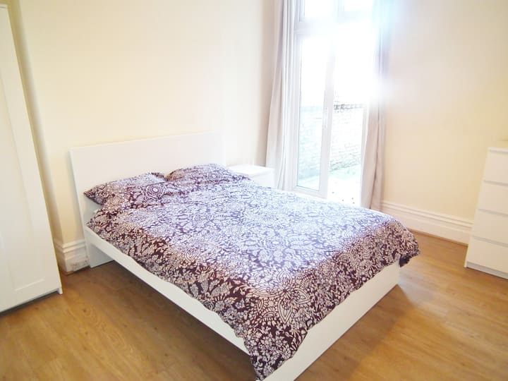 Large Dbl room - friendly house - desk - Croydon