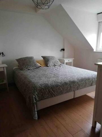 Chambre lit double 2x2m TEMPUR avec vis sur jardin sans vis à vis.