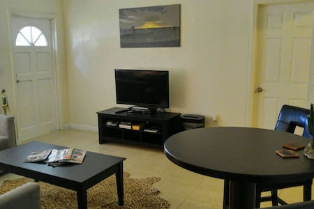 Private Room In Cozy House - North Miami Beach - Ház