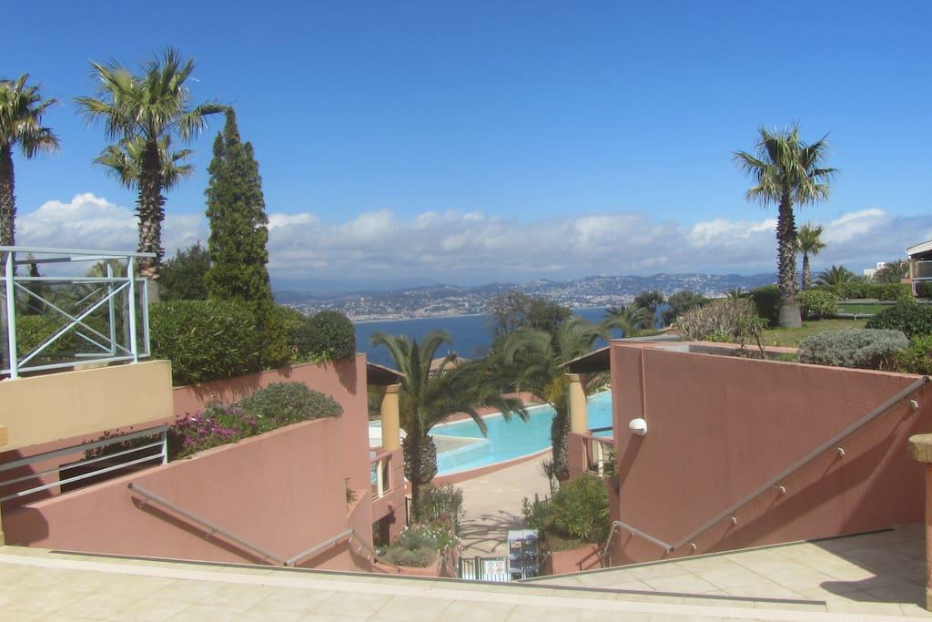 Vue sur la baie de Cannes depuis la piscine
