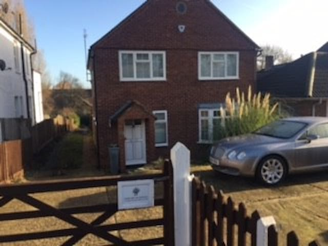 Double room in spacious detached house - Londres