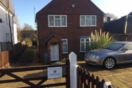 Double room in spacious detached house - Londres - Casa