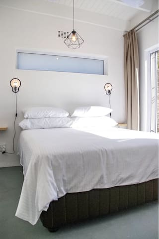 Bedroom with queensize bed with luxurious egyptian bed linnen