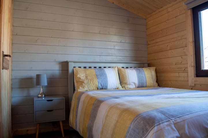 Double bed room pic : 1/2
