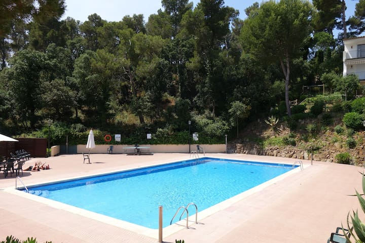 Studio on ground floor with large terrace and pool in the area of the Golfet