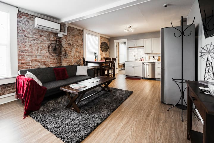 ★Chill Downtown w/ Spacious 5-Star 2 bd/ 2 ba Apt★
