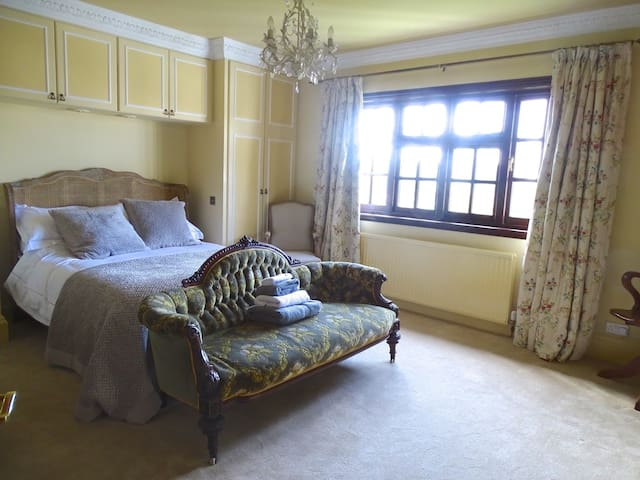 Spacious room, 5 mins from Goodwood